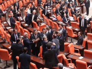 BDP'li vekillerden kürsü eylemi…