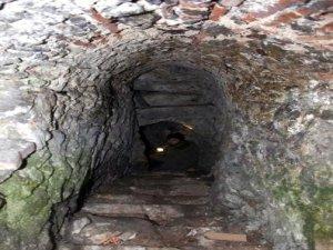 Kozluk'ta bulunan tarihi tünele inceleme