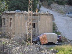 Batıdan gelip Hakkari'de dilenen bir ailenin lüks otomobili, vatandaşların objektiflerine yansıdı.