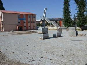 Tatvan Belediyesi okul bahçelerine parke taşı döşüyor