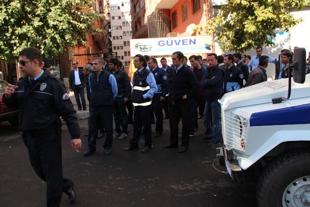 """Diyarbakır'da zabıta ile pazarcılar arasında """"yol işgali"""" kavgası"""