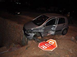 Hamile eşini hastaneye götürmeye çalışan doktor, kaza yaptı
