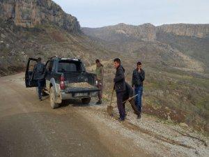 Irak sınırındaki Derecik halkı kendi yolunu kendi yapıyor