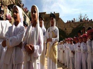 1500 xwendekarên Êzdî dest ji xwendinê berdan