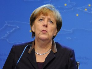 Merkel düştü, kalçası çatladı