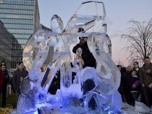Buz gibi havada buzdan heykeller