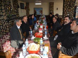 Ergani'de eş başkan adayları muhtarlarla buluştu