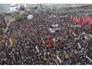 Kadıköy'de onbinlerden 'Asimilasyon gömleğini' giymeyeceğiz mesajı