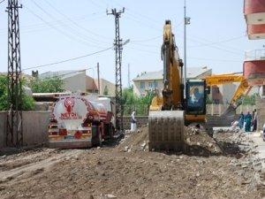 İdil'de hendek ve patlayıcılara karşı yollar asfaltlanıyor