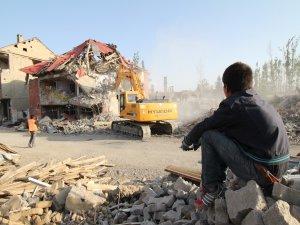Yüksekova'da hasar gören evler bir bir yıkılıyor