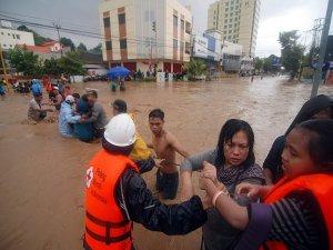 Endonezya'da heyelan ve seller can aldı
