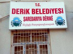 Derik Belediyesi'nin tabelası yeniden 3 dilli olarak asıldı
