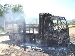 Karakola inşaat malzemesi taşıyan kamyon yakıldı