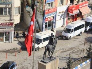 Hakkari'de bayraklar yarıya indirildi