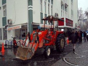 Traktörle belediyeye daldı