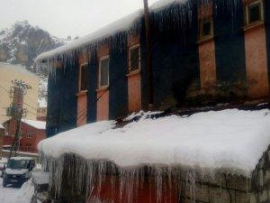 Çukurca'da buz kütleleri bir metreyi aştı