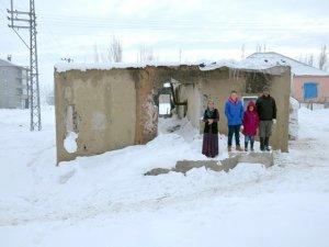 Evleri yıkılan Aykut ailesinin dramı yürek burkuyor