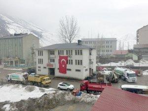 Beytüşşebap Belediye binasına Türk bayrağı asıldı