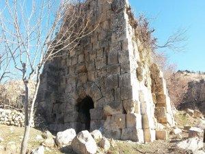 Derik Kalesi restore edilmeyi bekliyor