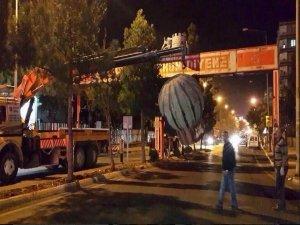 Diyarbakır'da darbe ürünü tabela kaldırıldı
