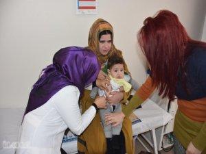 Suriyeli çocuklara aşı yapılıyor