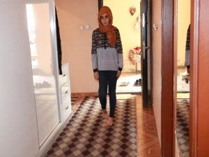 Ayak parmakları üzerinde yürüyen genç kız tedavi edilmek istiyor