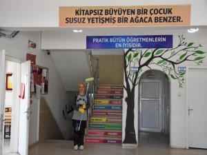 Gün parasıyla köy okulu kütüphaneye kavuştu