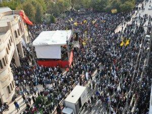 'Utanç duvarı'nı protesto mitingine binler akıyor