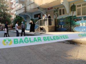 Zabıta ekipleri, yıkılma tehlikesi bulunan binanın kapısını, vatandaşların üzerine kilitledi