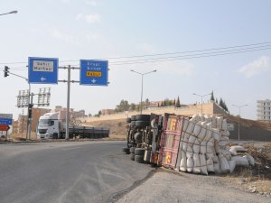 Cizre'de saman yüklü kamyon devrildi:1 yaralı