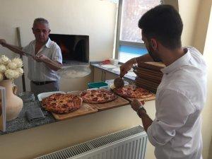Pizza dükkanı papazın dualarıyla açıldı