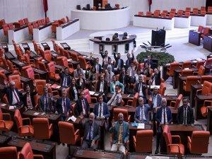 CHP, iç tüzük değişikliğini protesto etmek için Meclis'te sabahladı