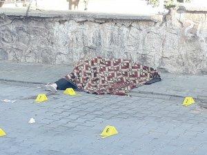 Boşanmak isteyen eşi ve kızını sokakta tabancayla öldürdü