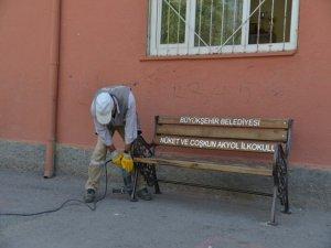 Okulların bahçesine oturma bankları yerleştiriliyor