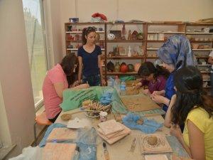 Kursiyerler seramik yapımını öğreniyor
