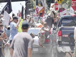 ABD'de bir kişi araçla göstericilerin arasına daldı