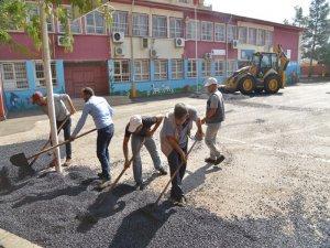 2 okulun bahçesi asfaltladı