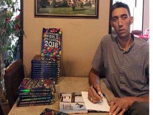 Sultan Kösen, 2018 Guinness Rekorlar Kitabı'nda kendisine ayrılan bölümü inceledi