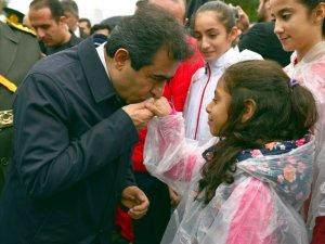 Diyarbakır Valisi, çelenk sunma töreninde kız öğrencinin elini öptü