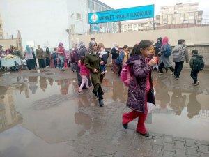Yağmur yağdı, öğrenci ve aileler zorda kaldı!