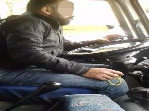 Hem telefonda görüntü izledi hem tespih çekti hem de minibüs kullandı