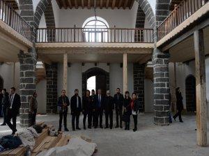 Sur'daki kiliseyi gezen Ermeni Patrik Genel Vekili Ateşyan'ı üzen görüntü