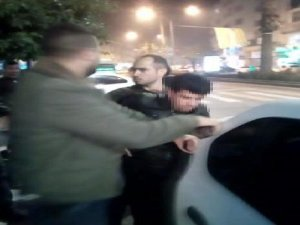 Kız çocuğuna taciz şüphelisini dövüp, polise teslim ettiler