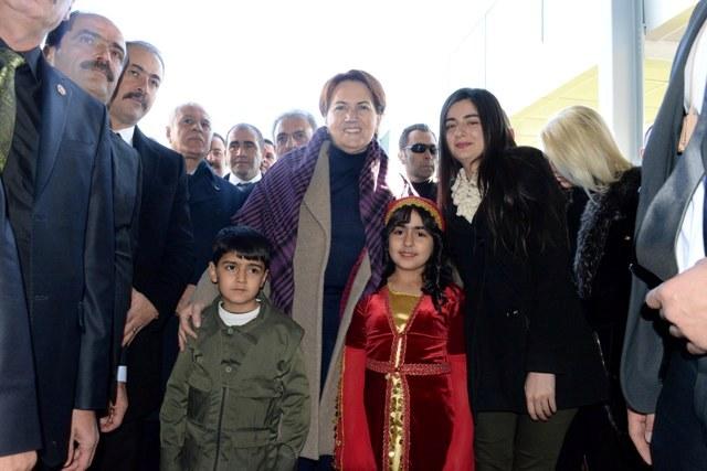 Akşener, Diyarbakır'da 3 dille karşılandı.