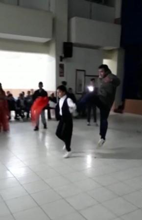 Düğünde oynayan çocuğa tekme attı