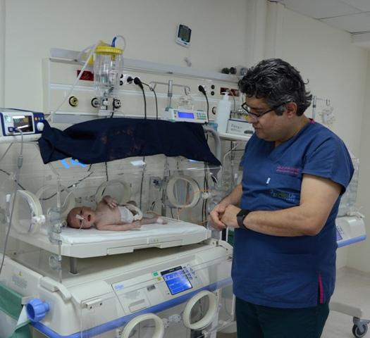 5 günlük bebeğin bağırsaklarından 1 kilo 300 gram kitle çıkarıldı