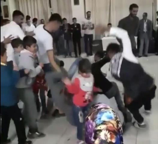 Düğünde halay çekenler, para toplayan çocukları eziyordu