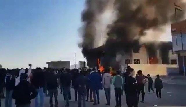 IKBY'de, parti binaları ateşe verildi
