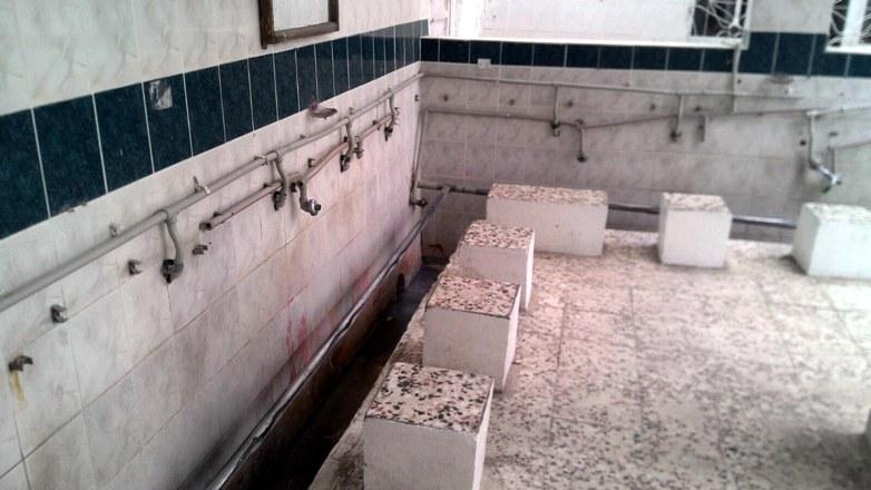 Caminin abdest musluklarını çaldılar