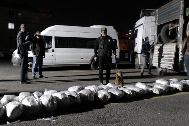 1 ton 30 kilogram uyuşturucu sergilendi